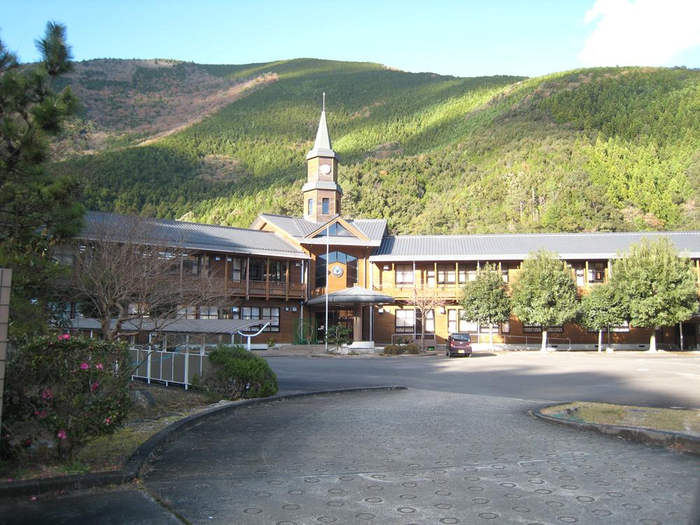 入鹿中学校です。レトロで温かみのある校舎です。