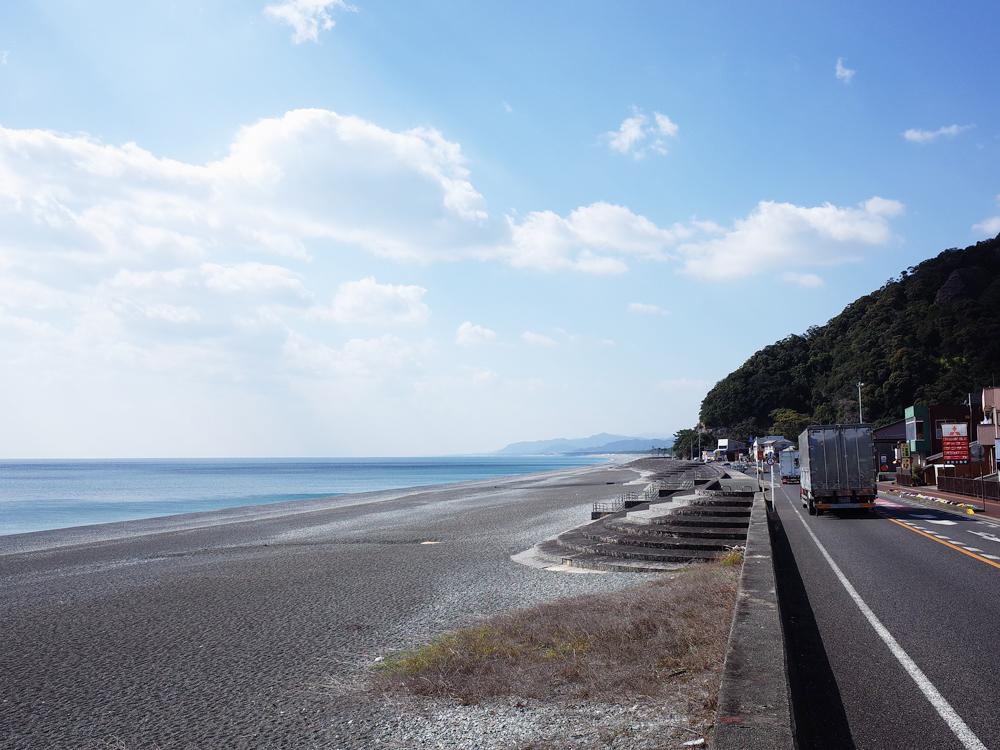 国道沿いには七里御浜海岸が広がっています。ダイナミックな釣りも楽しめます。