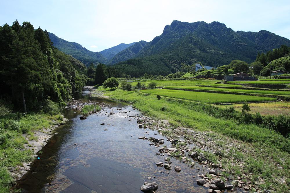 山々の景色と美しい小川が自慢です。