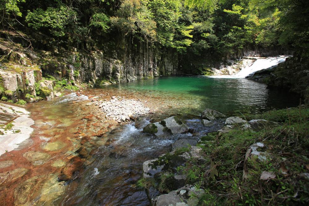 川の水は透き通っており、水遊びにも最適です。