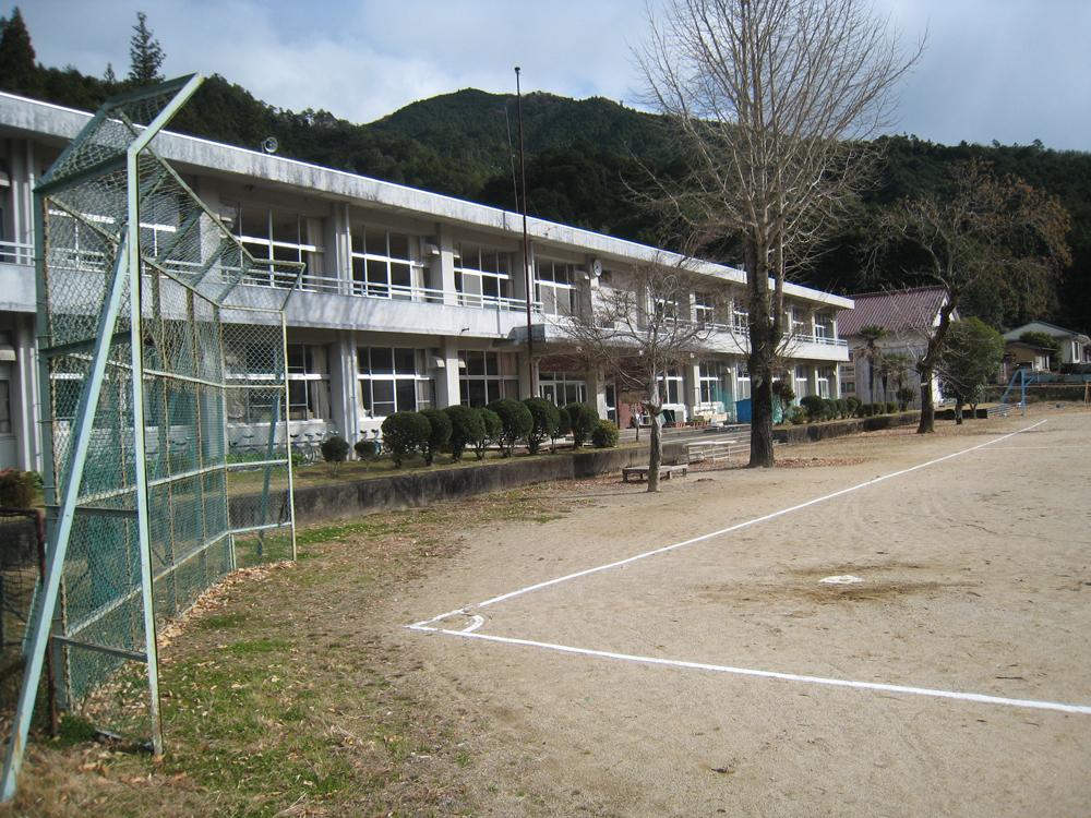 五郷町の学校です。自然と教育の場が密接なのが魅力です。