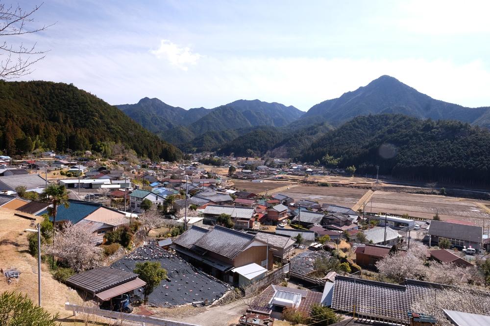 神川町の景色です。山々に囲まれています。温泉もあります。