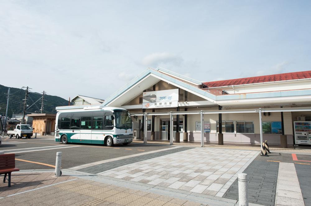 熊野市駅はこの地域の主要な駅です。特急電車も止まります。