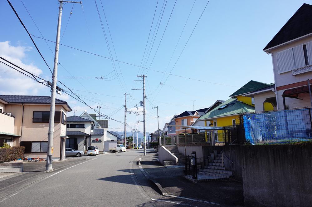 住宅街と商業施設の距離が近く、便利な地域です。