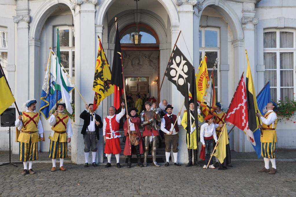 Les drapeaux et bannières des groupes présents