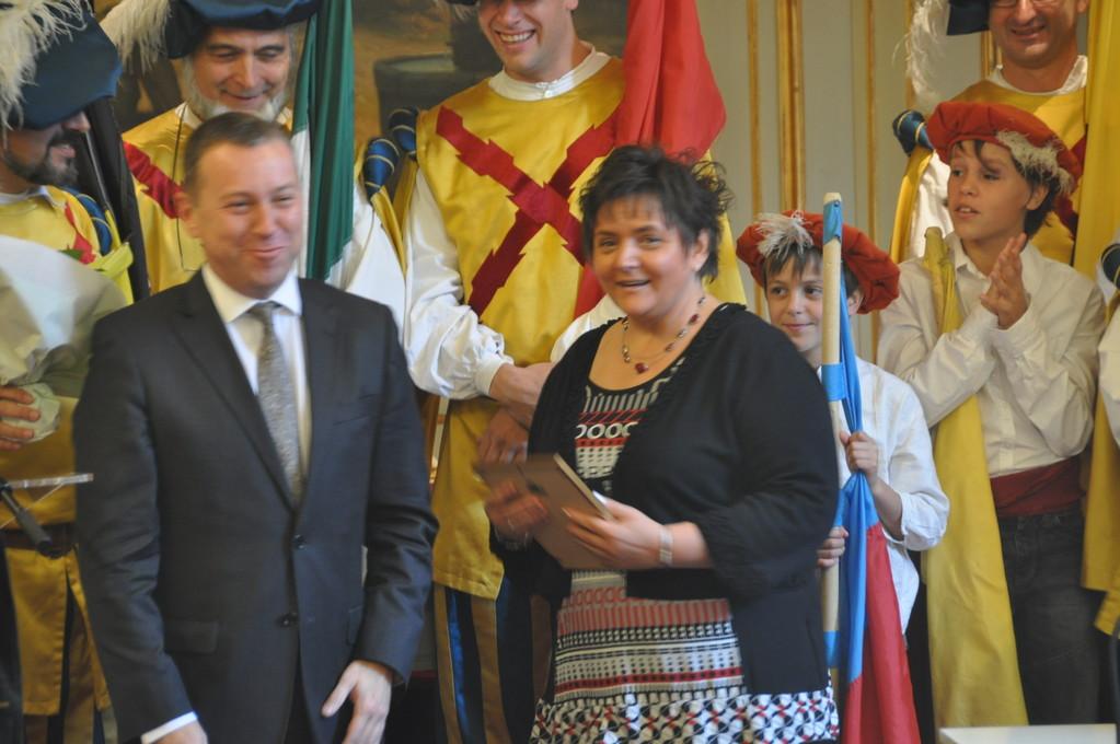 Remise d'un Alfier d'honneur du Folklore Namurois 2011 à Ann Léon