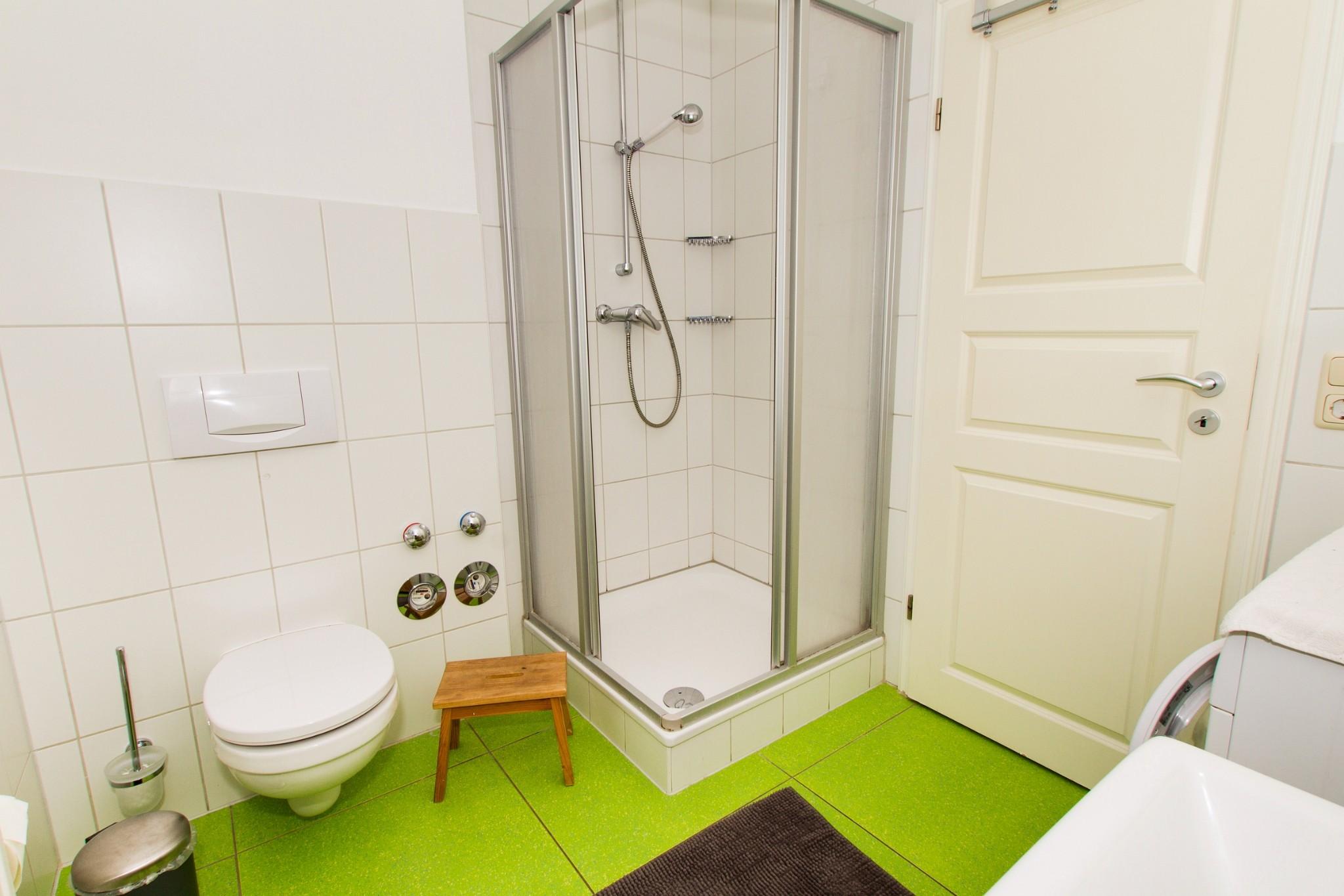 ... mit Waschtisch, Dusche und WC und mit Waschmaschine