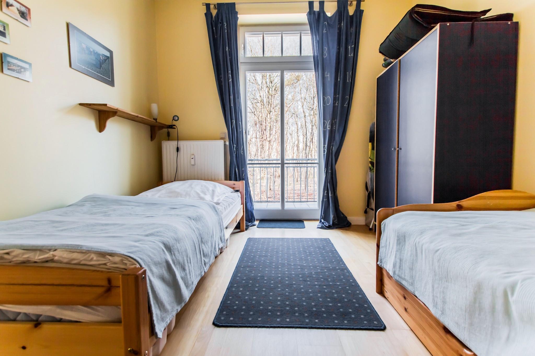 das zweite Schlafzimmer mit 2 Einzelbetten ...