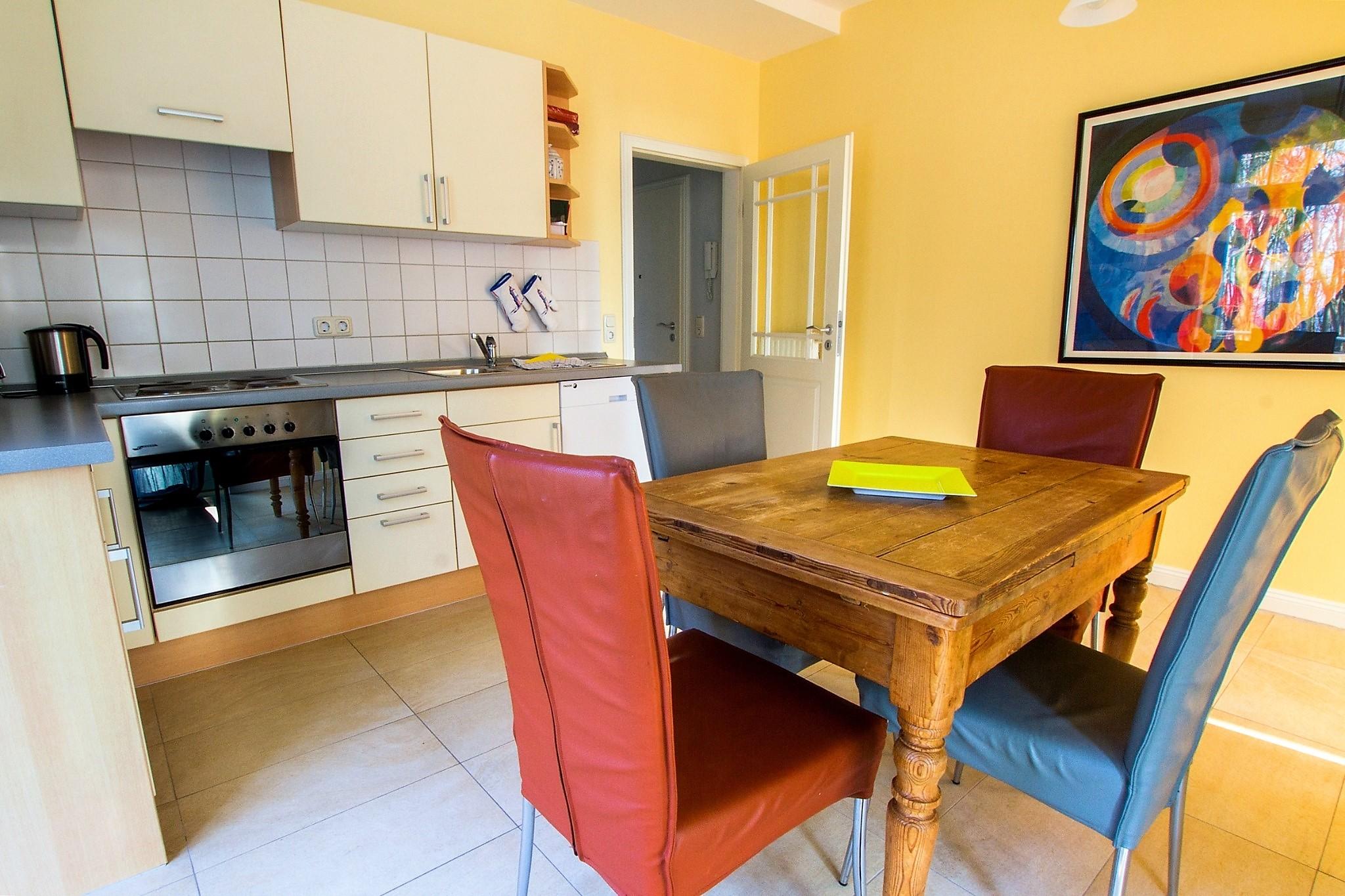 ... und Einbauküche (von hier haben Sie Zugang zum großen Balkon)