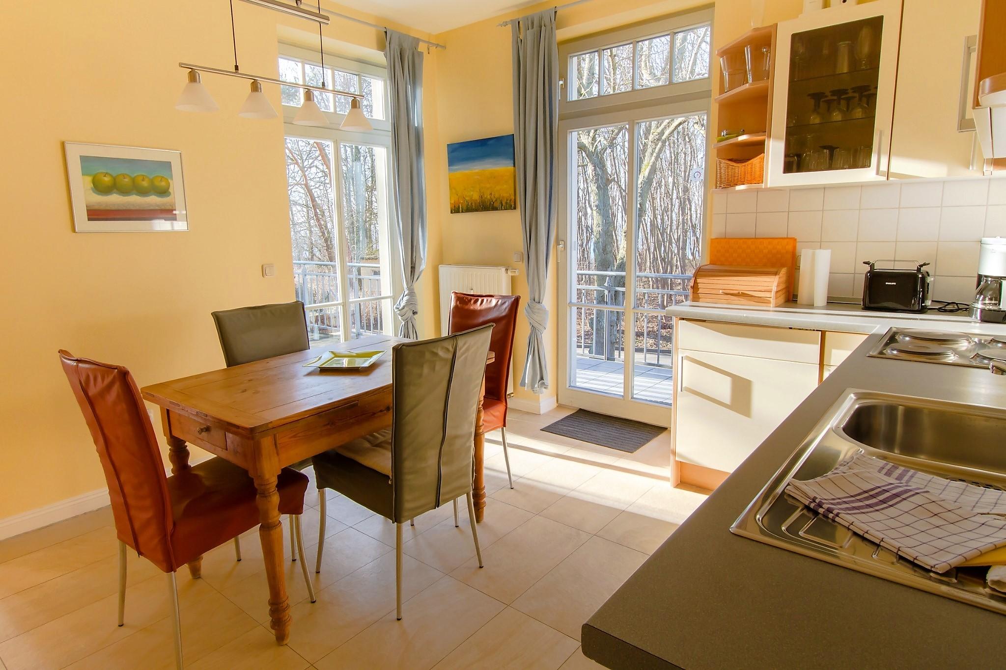die Küche mit großem, ausziehbarem Esstisch ...