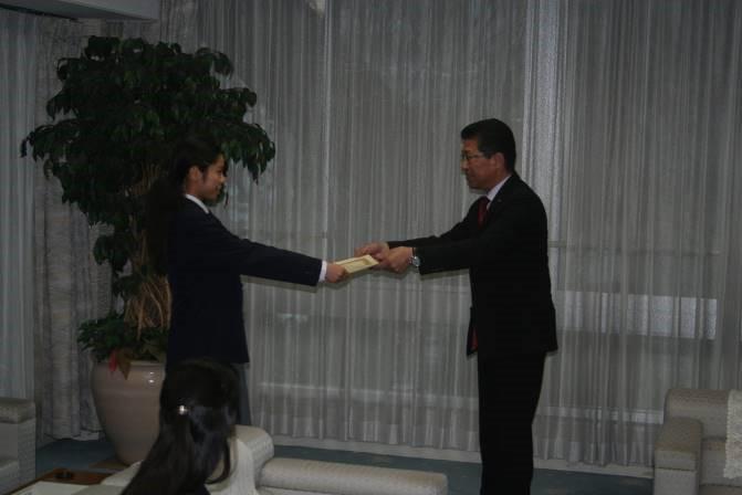 森田東松山市長から賞状を授与