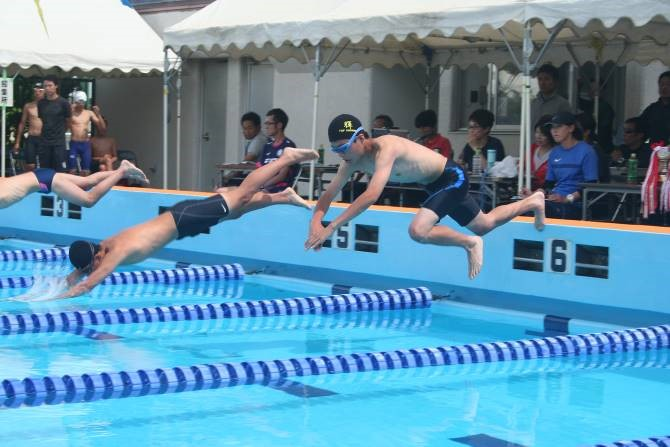 100m平泳ぎ(手前)