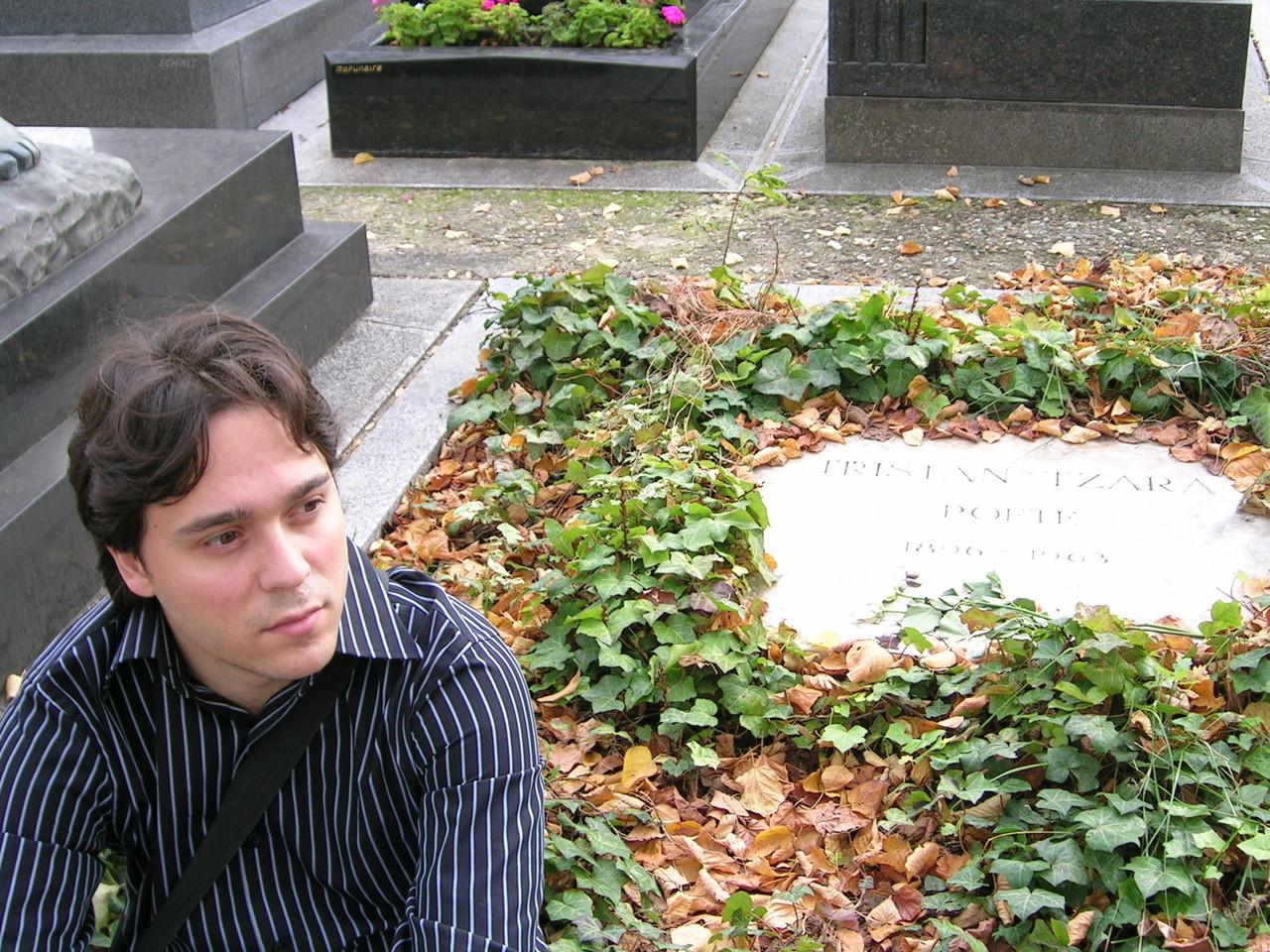 En la tumba de Tristan Tzara (París)