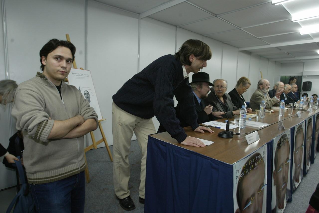 En el primer Festival de Poesía de Granada, en la mesa de la Generación del 50 en la que intervinieron Ángel González, José Manuel Caballero Bonald, Francisco Brines, María Victoria Atencia, Pablo García Baena y Rafael Guillén.