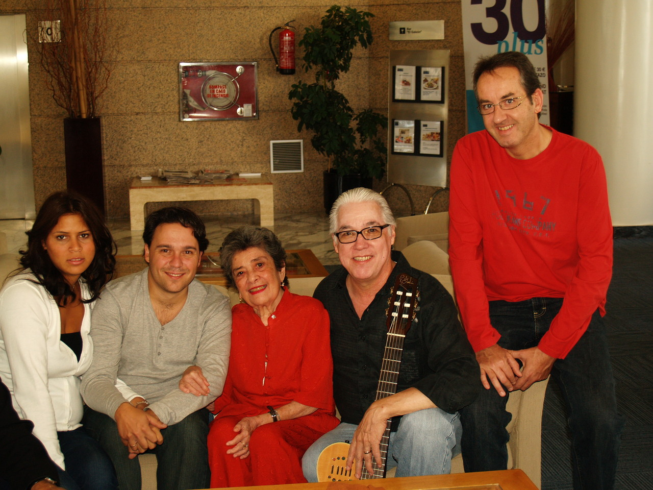 Con Claribel Alegría, Luis Enrique Mejía Godoy y Javier Bozalongo.