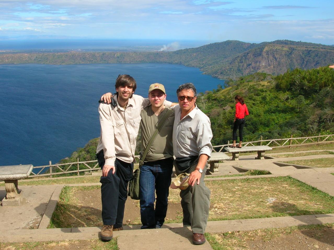 Con Juan Carlos Orihuela y Fernando Valverde en la laguna de Apoyo (Nicaragua, 2005)