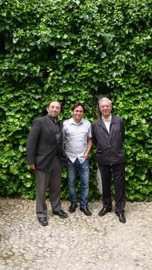 En la casa natal de Federico García Lorca, junto a Mario Vargas Llosa y Alfonso Alcalá.