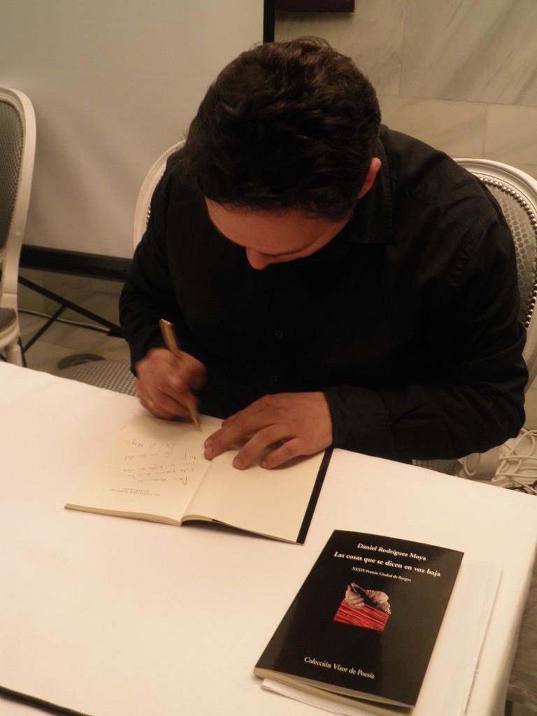 Firmando Las cosas que se dicen en voz baja (Abril 2013)