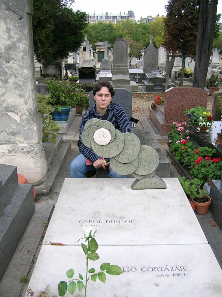 En la tumba de Cortázar (París)