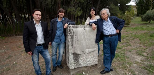 Con Adonis, Raquel Lanseros y Fernando Valverde, junto al monolito que recuerda a García Lorca en el lugar en el que fue asesinado. Alfacar (Granada)