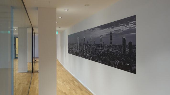 7 meter panorama auf alu dibond in schwarzweiss skyline frankfurt fotos und panoramafotos. Black Bedroom Furniture Sets. Home Design Ideas