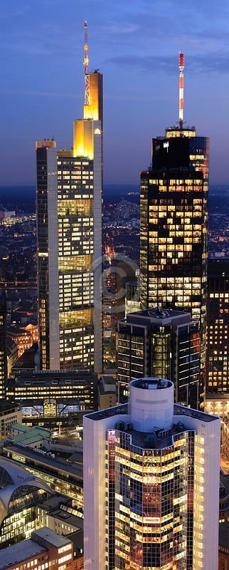 Skyline Frankfurt im Hochformat 05