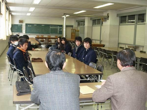 新同窓委員を前に説明する小原副会長(右)と織茂幹事長(左)