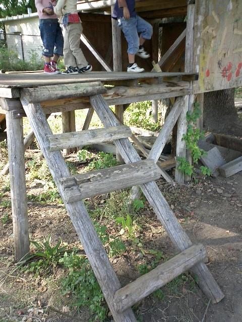 わざと階段を一段つけていません。これで登れる子は一人で登っても大丈夫!!