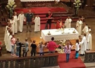 Zum Vater Unser bildete sich ein großer Kreis um den Altar  -  Foto von Sabine Locker