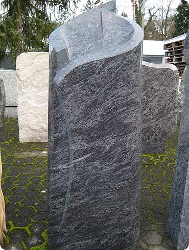 Die Möglichkeit der Formgebung bei Grabmalen sind vielfältig. So erhält der Verstorbene auch nach seinem Tod ein in Stein gehauenes Symbol seines einzigartigen Daseins.