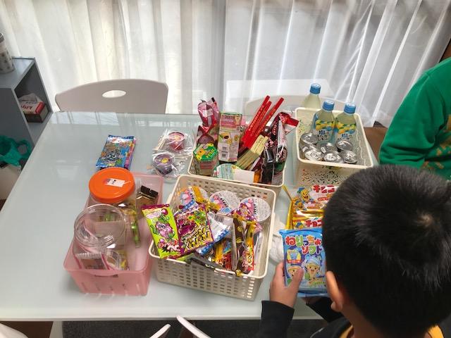 おやつは好きな物を100円分えらべます。子ども達に大好評です。