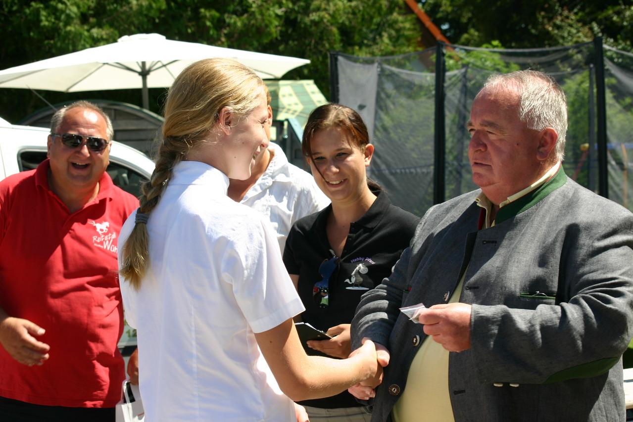 Laura bei der Überreichung der Reiternadel