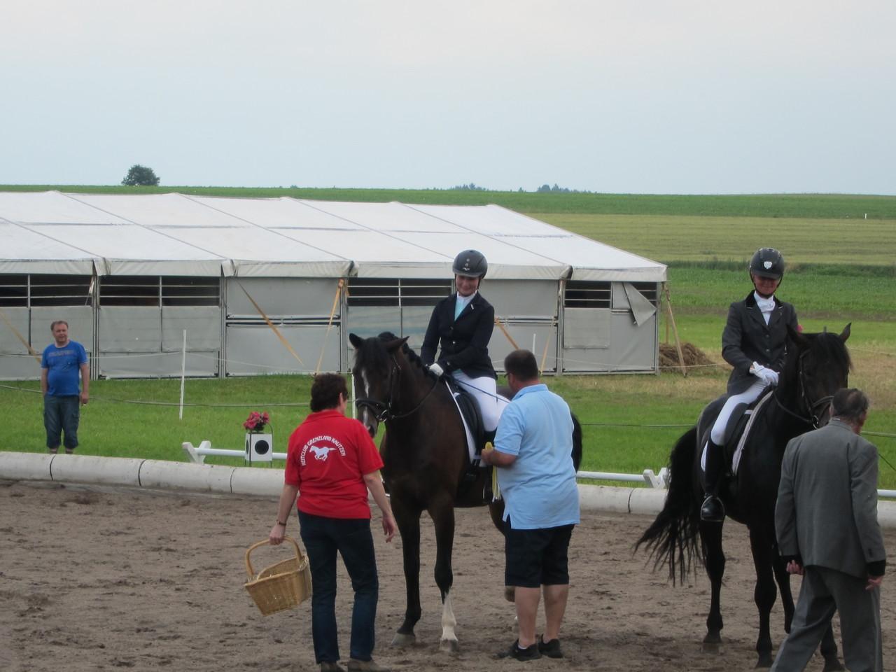 Lisa mit Graf Carpine L bei der Siegerehrung der 5-6 jährigen Dressurpferde Kl. A