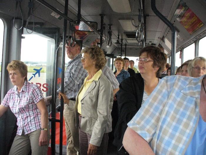 Fahrt mit dem Bus über das Rollfeld