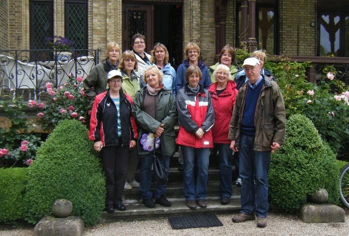 Gruppenfoto auf der Gutstreppe, es fotografiert Petra Allers