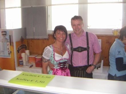 Daniela und Mandi verkaufen leckeres Eis!