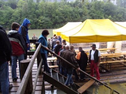 Erste Station: Floßfahren mit Unterhaltungsmusik und Mittagessen