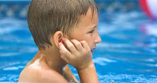 A mi hijo le duelen los oídos, ¿podría bañarse en la piscina o en la playa?