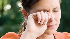 La alergia estacional puede provocar problemas y molestias visuales.