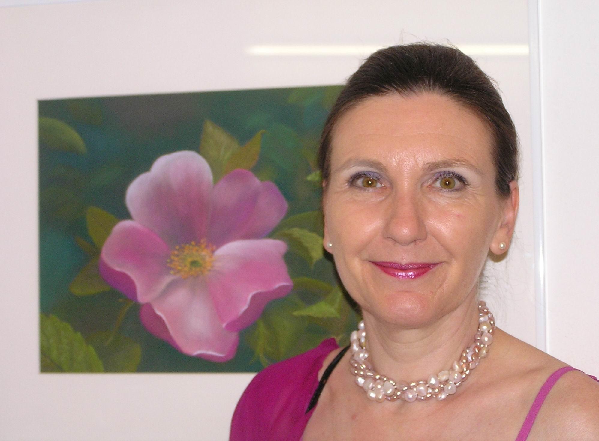 Evelyn Miksch mit Frühlingsblüte