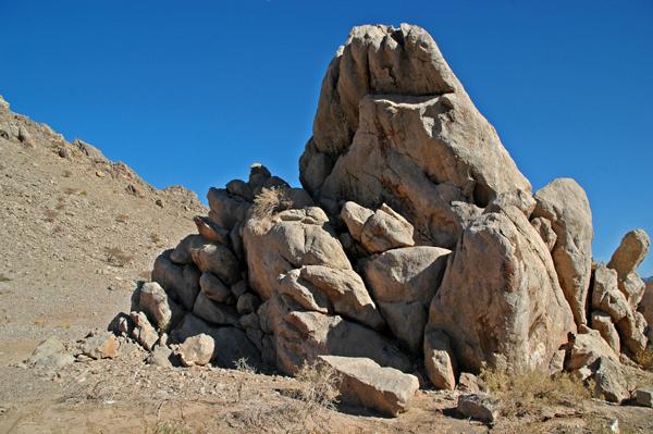 Dieser gewaltige Steinformation bei Al-Hamrah gefiel mir sehr als Kulisse für meinen Stein