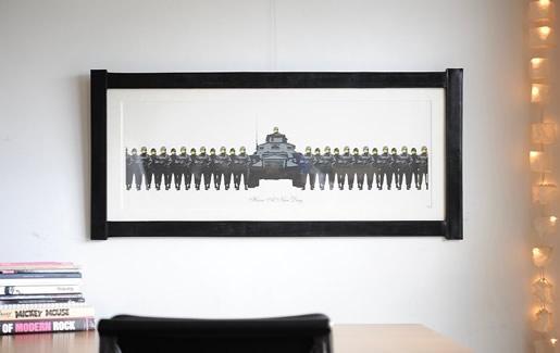 Banksy 'Have a Nice Day'をレザーの特殊な額縁で額装しています。