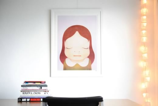 Nara Yoshitomo 'Cosmic Girl' をフレーム/額縁「Eternity White」で額装しています