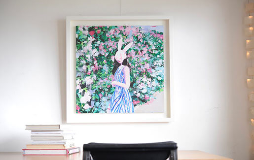 有村佳奈のキャンバス作品【花と彼女】を額装しました。