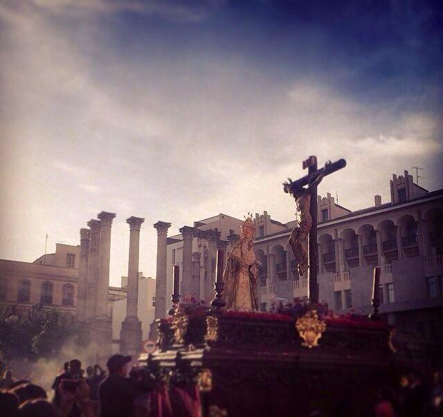 Maravillosa fotografía con el Templo Romano de Córdoba al fondo. Semana Santa 2014