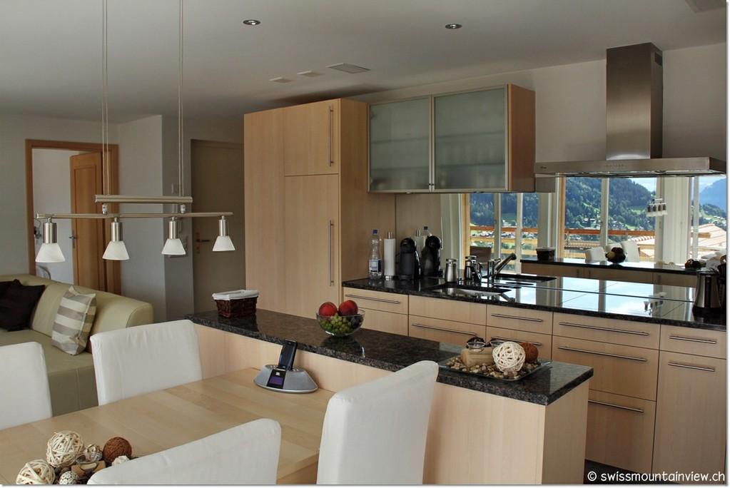 Eine topmoderne, praktisch eingerichtete Küche mit neuen, modernen Küchengeräten.