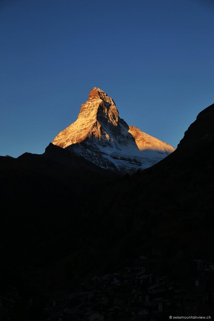 Ausblick vom Hotelzimmer, um 7 Uhr morgens, aufs 4'478 m hohe Wahrzeichen Matterhorn.