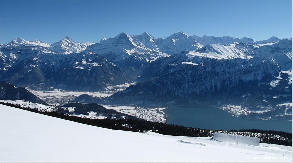 Wir schlitteln und wandern abwechselnd vom Niederhorn über den Winterwanderweg Richtung Waldegg,