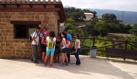 Un grupo de excursionistas en la caseta del aparcamiento de Baquedano (Améscoa). (Foto: Arteaga)