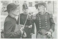 Javier Lana, ayer en el papel de cura, y Juan Sánchez Guardamino, en el del general mendiri, en una breve intervención en la presentación (Foto: Montxo A.G.)